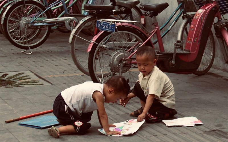 Chengdu kids comparing drawing