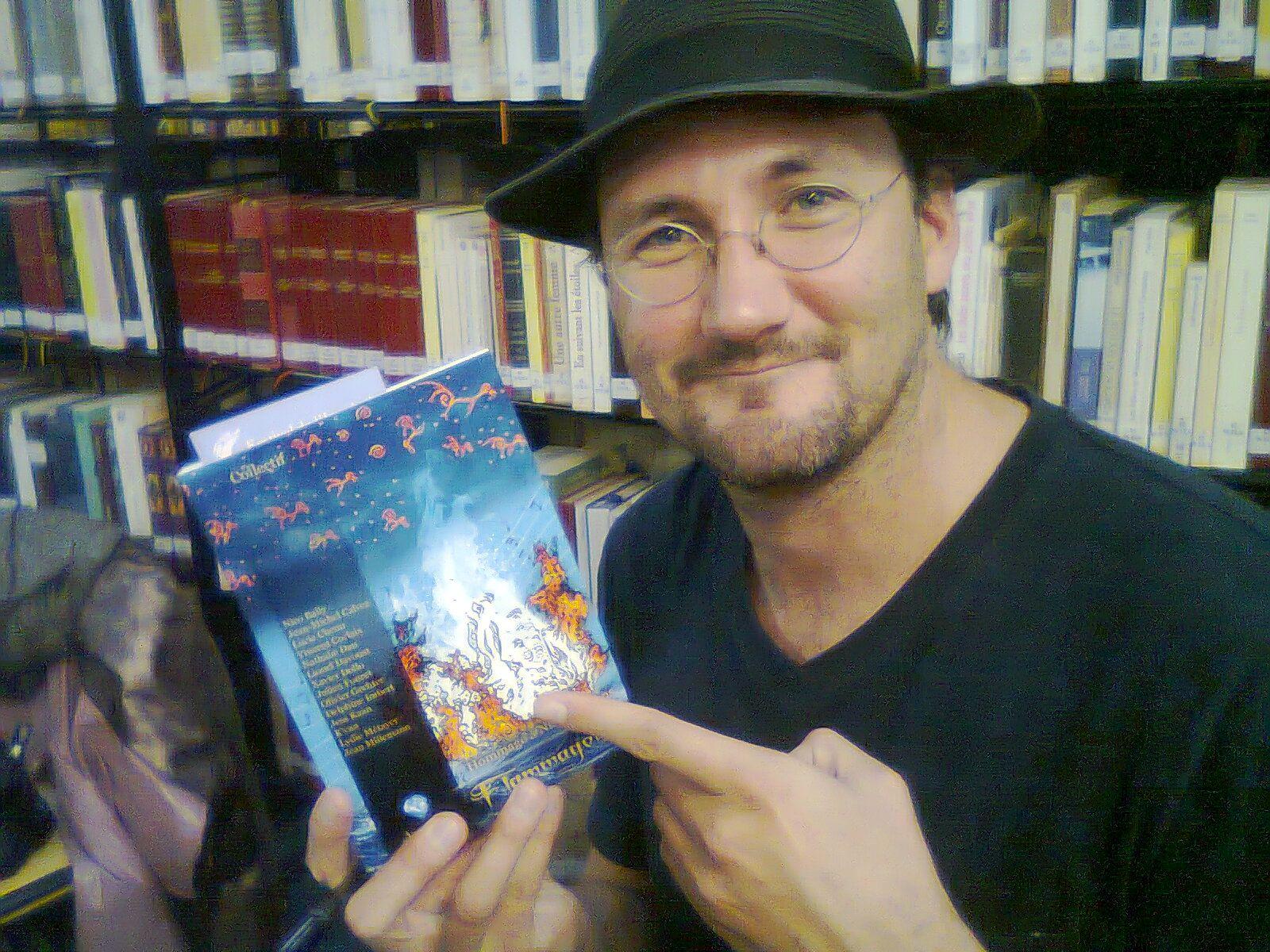 L'auteur, posant fièrement avec son oeuvre.