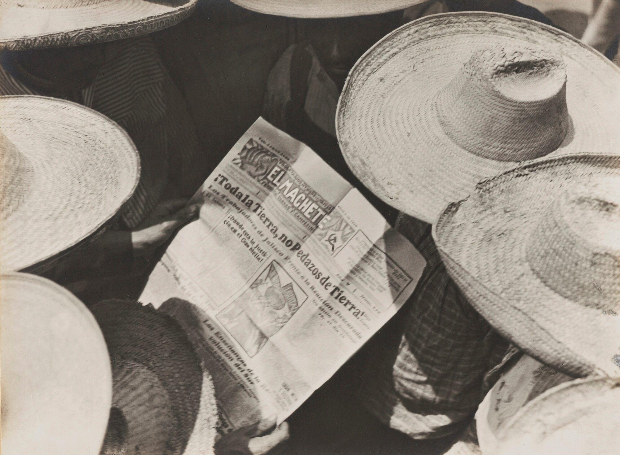 (fig.2: Campesinos Reading El Machete, 1929, taken by Tina Modotti)