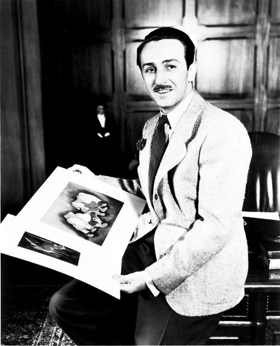 Sourire crispé, le Walt, avec les nabots et la pimbêche