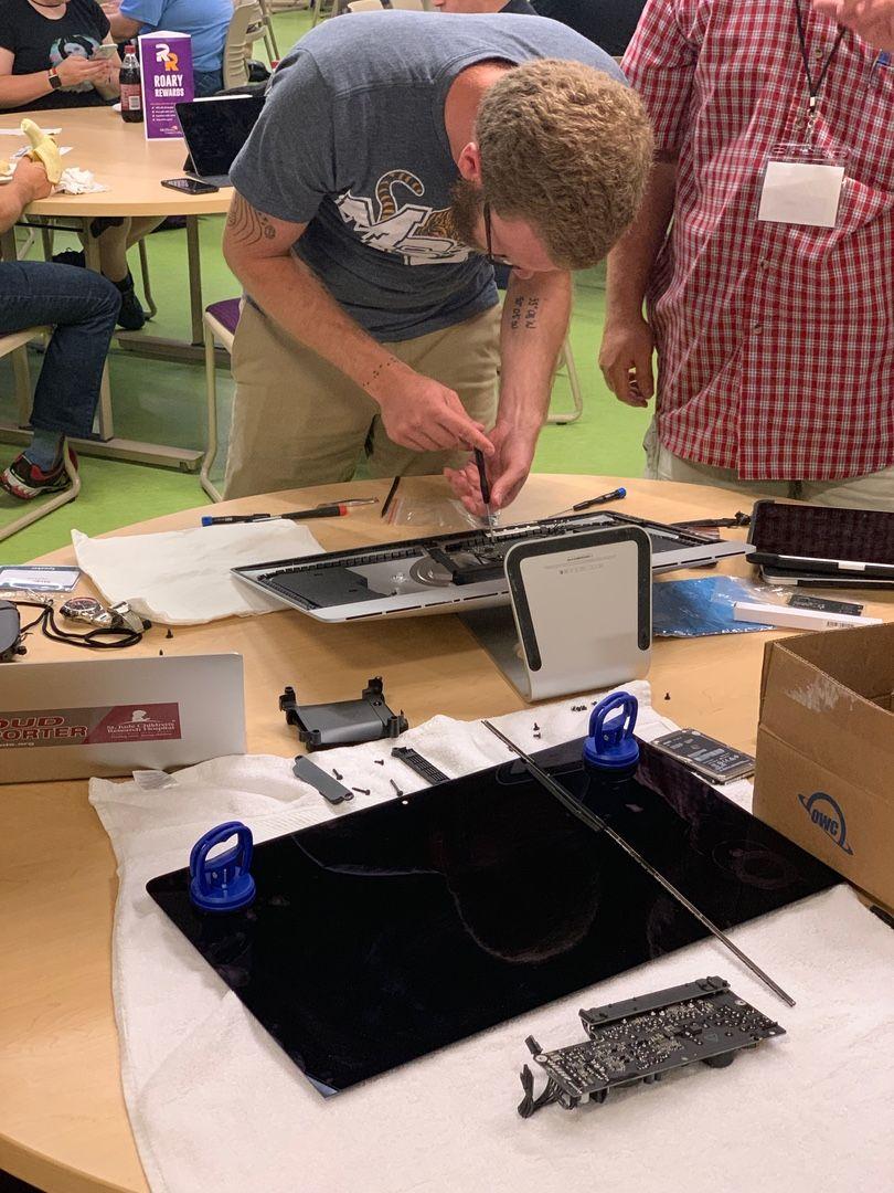 Stephen Hackett disassembling an iMac